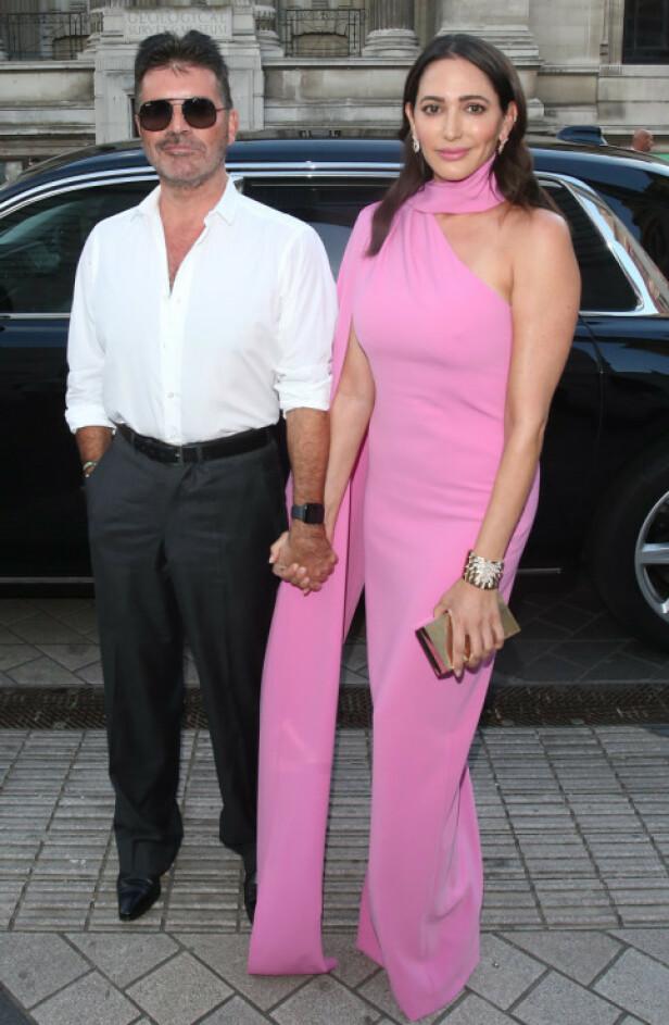 NY LIVSSTIL: Simon Cowell er blitt veganer, og har gjort en helomvending i livet. Her avbildet med kjæresten Lauren Silverman på vei inn til en fest i London. Paret har sønnen Eric (5) sammen. Foto: NTB Scanpix