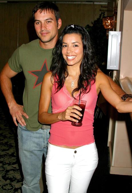 ANGRER IKKE: Hollywood-stjernen Eva Longoria har tidligere uttalt at hun ikke angrer på noen av ekteskapene sine, deriblant ekteskapet med Tyler Christopher. Her er duoen avbildet i 2003. Foto: NTB Scanpix