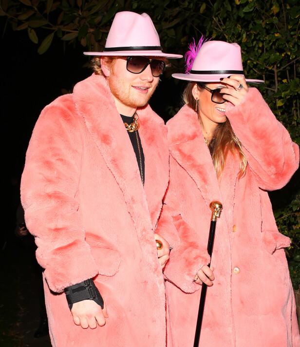 <strong>MEDIESKY:</strong> Ed Sheeran snakker sjelden om privatlivet. Når han er sammen med kona, er de også raske med å haste forbi fotografene. Her er de, tilsynelatende noe motvillig, avbildet på vei til Halloween-fest i 2017. Foto: NTB Scanpix