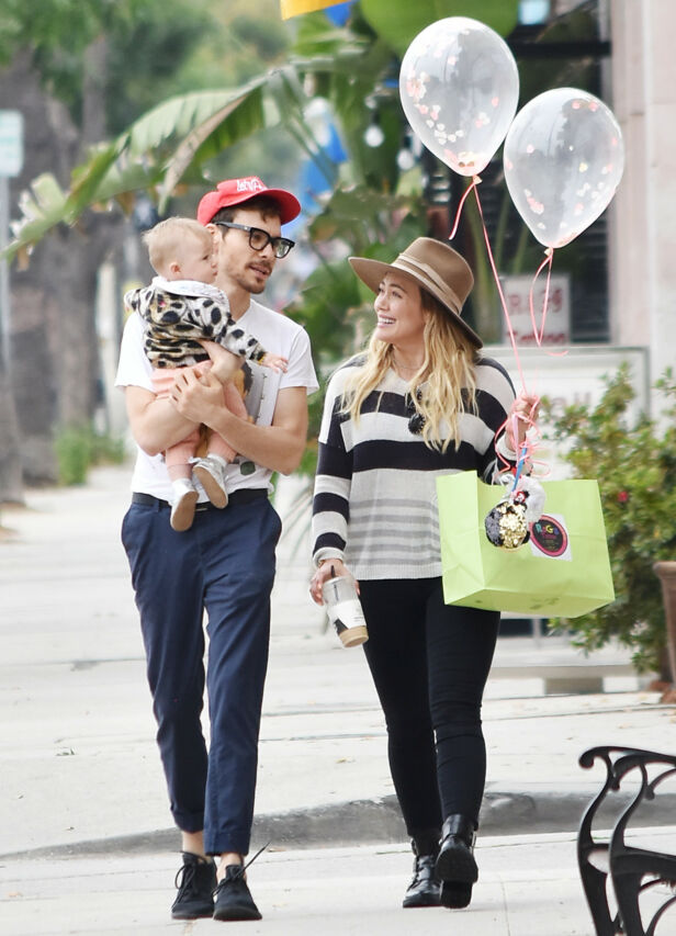 FIN FAMILIE: Her er Hilary avbildet sammen med kjæresten Matthew og datteren Banks tidligere i år. Foto: NTB Scanpix