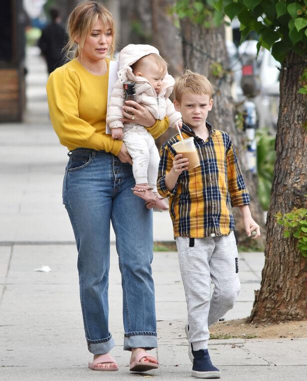 TOBARNSMOR: I dag er skuespilleren mor til sønnen Luca og datteren Banks. Her er trioen avbildet tidligere i år. Foto: NTB Scanpix