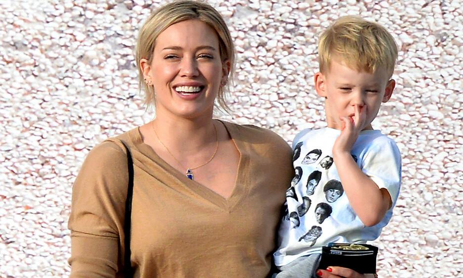 ÅPENHJERTIG: Skuespilleren Hilary Duff er ærlig om hvordan det var å bli mor for første gang i en alder av 24 år. Her avbildet med sønnen Luca. Foto: NTB Scanpix