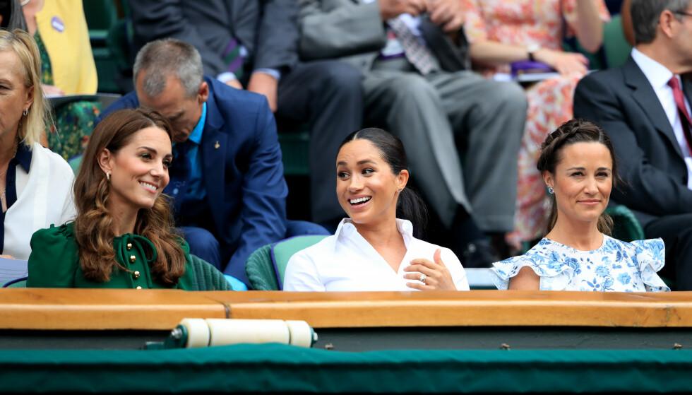 STORKOSTE SEG: Kate, Meghan og Pippa var et eneste stort smil der de satt på tribunen under tenniskampen lørdag. Foto: NTB Scanpix