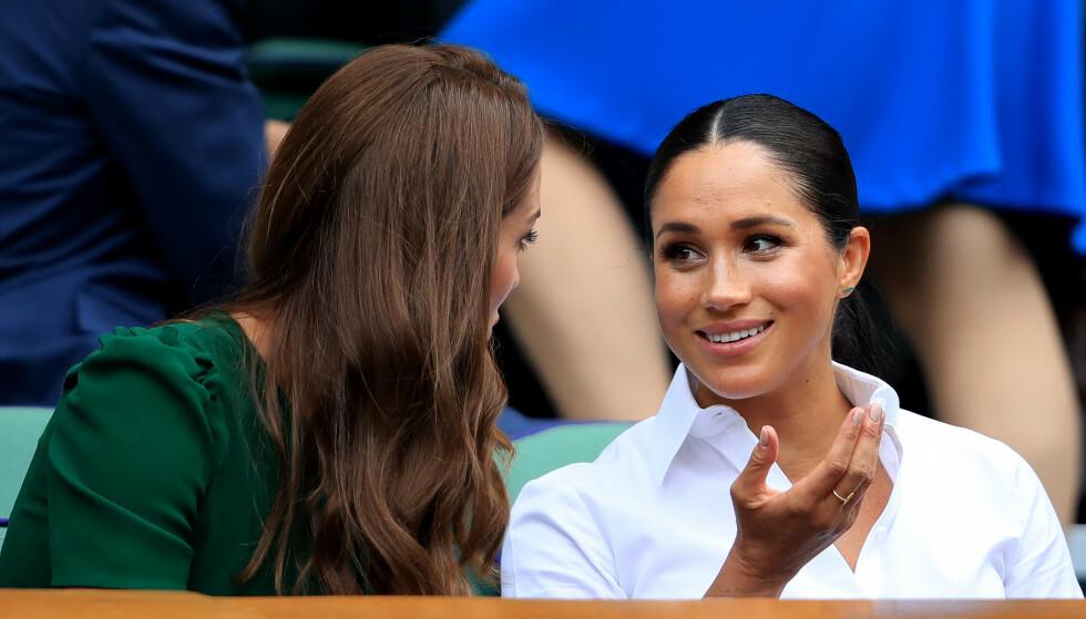 GJENFORENT: Det så ut til å være upåklagelig stemning mellom de to hertuginnene lørdag formiddag. Foto: NTB Scanpix