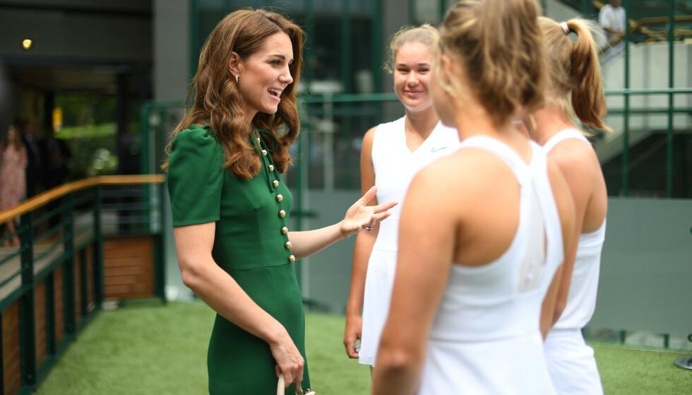 SLO AV EN PRAT: Hertuginne Kate tok seg god tid til å stoppe opp og prate med noen unge tennisspillere. Foto: NTB Scanpix