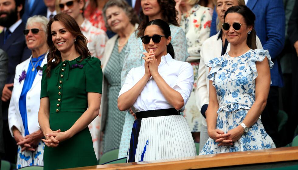 SPENTE: Spesielt hertuginne Meghan var spent på veninnen, Serena Williams vegne under tenniskampen lørdag formiddag. Foto: NTB Scanpix