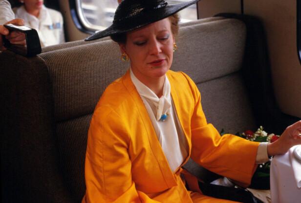 TOGDRONNING: Dronning Margrethe avbildet på toget i 1990 - vel å merke ikke i sin egen, kongelige vogn. Den fikk hun nemlig ikke før i 2000, da hun fylte 60 år. Foto: NTB Scanpix
