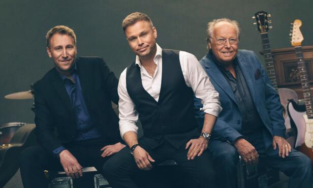 <strong>FAMILIETRIO:</strong> Sangeren holder for tiden konserter rundt i Norge med sin far Stein og sin bror Martin. Foto: Fredrik Arff