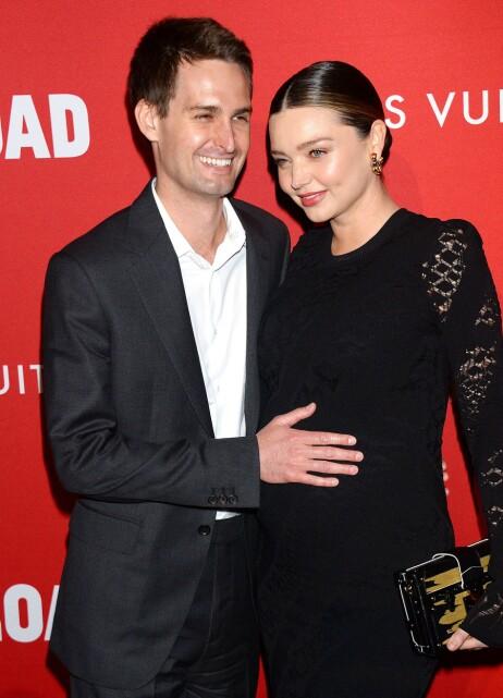 LYKKELIG PAR: Supermodell Miranda Kerr og ektemannen Evan Spiegel avbildet på en rød løper i fjor da førstnevnte var gravid med sønnen Hart. Foto: NTB Scanpix