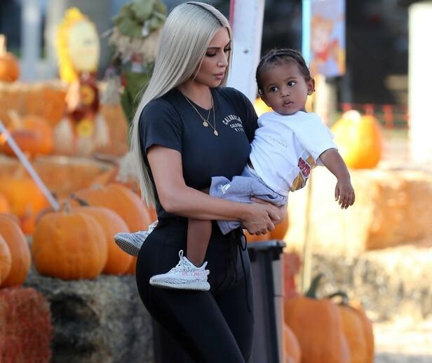MOR OG SØNN: Realitystjernen Kim Kardashian West har tidligere fortalt at hun har vært gjennom vanskelige fødsler, og hun fikk beskjed av legene om at de ikke følte seg trygge hvis hun skulle unnfange flere barn selv. Her er hun avbildet sammen med sønnen Saint. Foto: NTB Scanpix