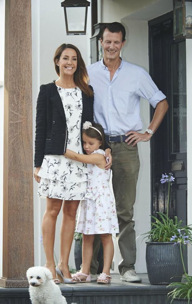 UT AV LANDET: Prins Joachim har allerede flyttet ut av villaen med resten av familien - med kurs for Paris. Her med datteren prinsesse Athena. Foto: NTB Scanpix