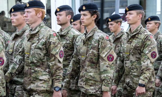 SLUTTET: Prins Nikolai (midten) valgte å avbryte utdannelsen i Forsvaret etter to måneder. Foto: NTB Scanpix