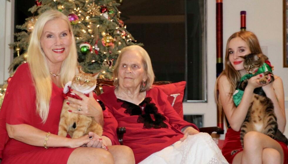 <strong>JULESTEMING:</strong> Gunilla Persson i full juleoppsats sammen med kattene Tusse og Lulle, datteren Erika Persson og mora Iris Persson. Foto: Privat