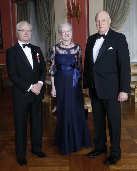 <strong>MONARKER:</strong> Alle har de arvet tronen fra sine foreldre. Det er likevel forskjell på hvor mye hver av dem har i lønn. Her er kong Carl Gustaf, Dronning Margrethe og kong Harald avbildet under sistnevnte og dronning Sonjas 25-årsjubileum som regenter i 2016. Foto: NTB Scanpix