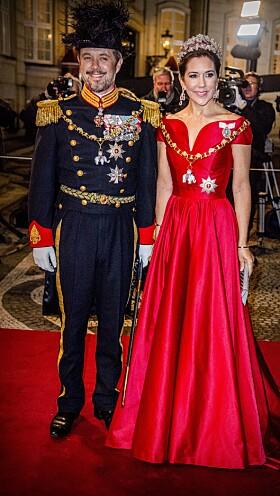 <strong>MED POPM OG PRAKT:</strong> Kronprins Frederik og kronprinsesse Mary var ikke noe dårligere antrukket enn dronningen da de ankom Nyttårskuren i 2018. Foto: NTB Scanpix