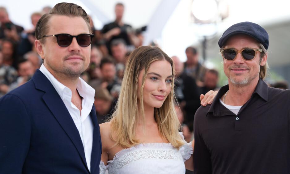 STJERNETRIO: Megastjernene Leonardo DiCaprio, Margot Robbie og Brad Pitt spiller sammen i «Once Upon A Time In Hollywood». Da de to sistnevnte spurte DicCaprio om den omstridte «Titanic»-scenen, nektet han å svare. Foto: NTB Scanpix