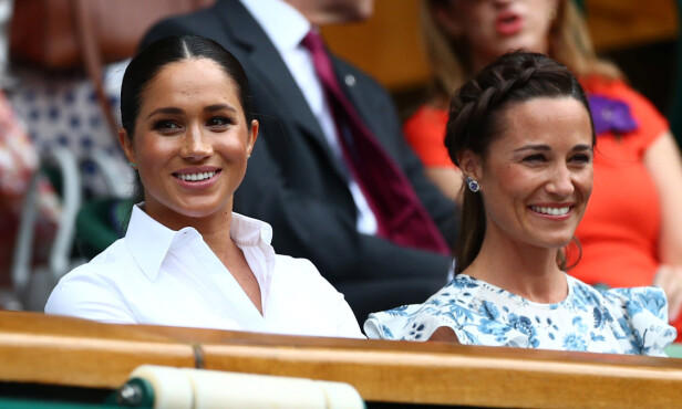 WIMBLEDON: Meghan og Pippa satt side om side under tennisturneringen forrige uke. Flere har bitt seg merke i likheten mellom de to. Foto: NTB Scanpix