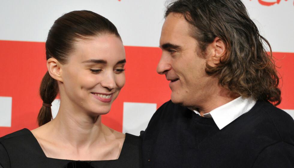 FORLOVET: Stjerneparet Rooney Mara og Joaquin Phoenix skal nå være forlovet. Det bekrefter Us Weekly. Foto: NTB Scanpix
