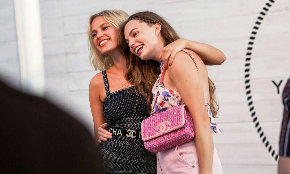 GODE VENNER: De to veninnene og skuespillerne Thea Sofie Loch Næss og Kristine Frøseth var to av gjestene som var til stede under den eksklusive Chanel-festen i helgen. Foto: NTB Scanpix