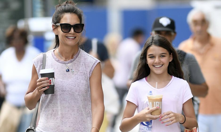 EPLET FALLER IKKE LANGT FRA STAMMEN: Suri Cruise (13) har blitt hele 13 år, og er slående lik moren sin, Katie Holmes (40). Her avbildet under en shoppingtur på Manhattan. Foto: NTB Scanpix