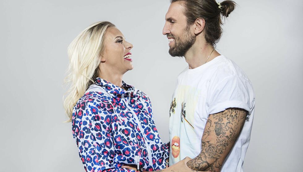 OVERRASKET: I et nytt intervju forteller Maria Høilis ektemann, Edvard Erken, at han ikke ante at hans utvalgte var såpass rik da de først ble kjærester. Nå har de vært gift i flere år, og har blant annet medvirket i Viafree-serien «Maria og Edvard». Foto: Viafree