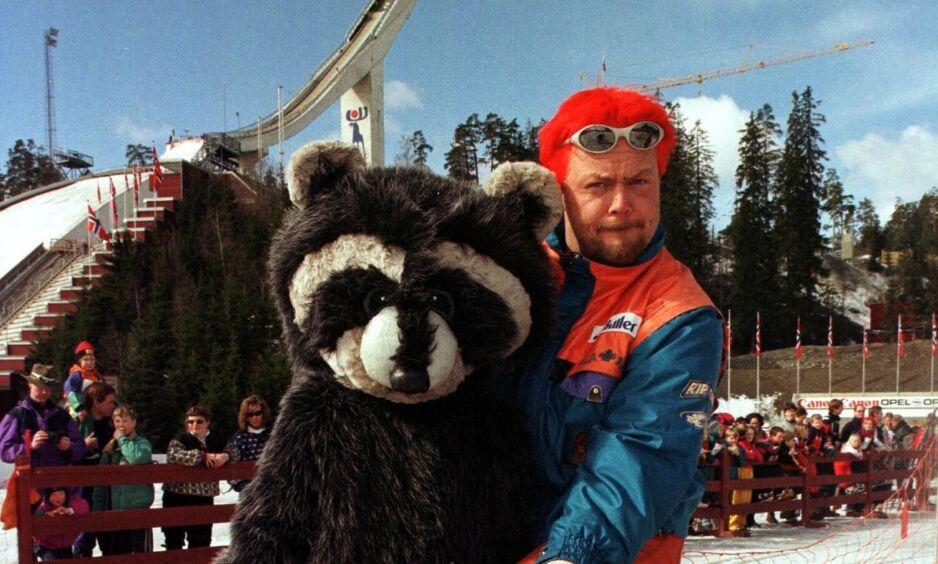 DEN GANG DA: Asgeir Borgemoen sammen med vaskebjørnen Vaske fra «Fritt Fram» i 1999. Foto: NTB Scanpix