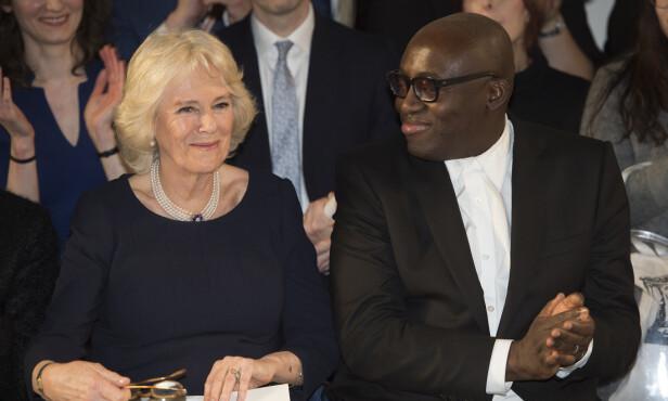 SJEFREDAKTØR: Edward Enninful, sjefredaktør i britiske Vogue, sammen med hertuginne Camilla under moteuken i London i februar. Foto: NTB Scanpix