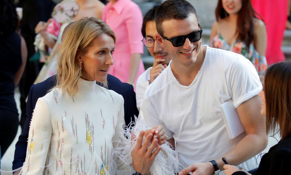 NÆRT FORHOLD: Sangstjernen Céline Dion og danseren Pepe Muñoz møttes for første gang i 2017, og siden den gang har de vært uadskillelige. Til tross for at duoen har avkreftet at det noen romanse mellom dem, er det flere av sangstjernens venner som er bekymret for innflytelsen Pepe har på 51-åringen. Foto: NTB Scanpix