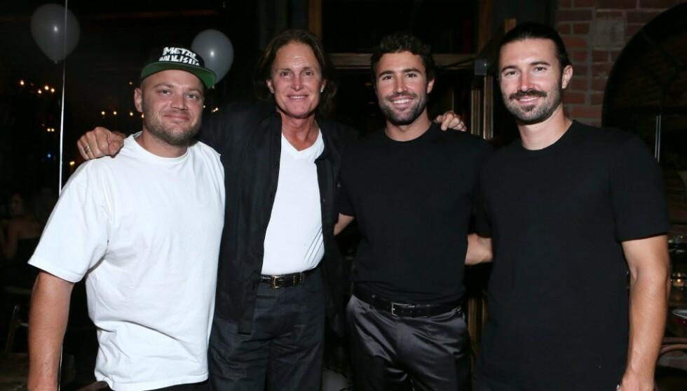 TRE SØNNER: Caitlyn Jenner, den gang Bruce, avbildet med sønnene (t.v.) Burt, Brody og Brandon Jenner på Brodys 30-årsfeiring i Los Angeles i 2013. Foto: NTB Scanpix