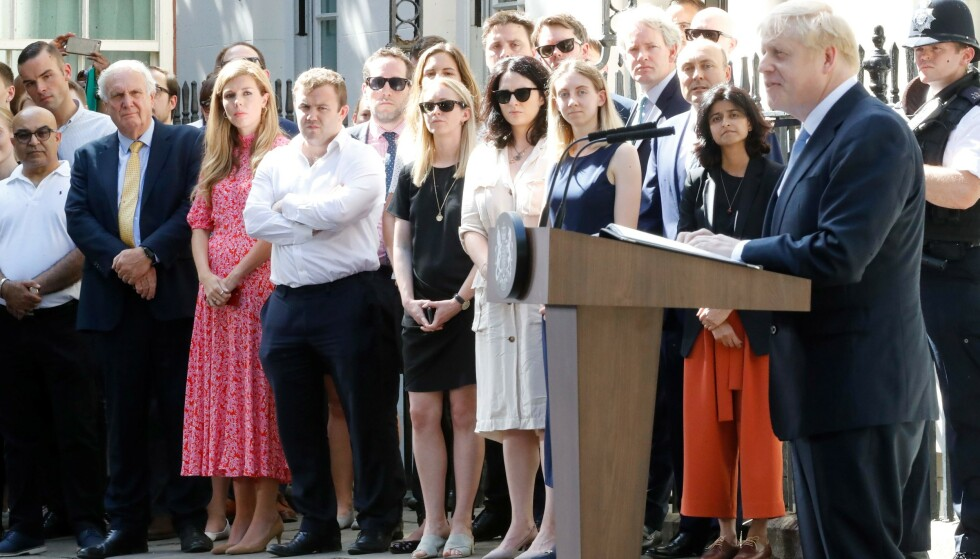 FULGTE MED: 31-åringen fulgt nøye med da kjæresten Boris Johnson holdt sin første tale som Storbritannias statsminister. Foto: NTB Scanpix