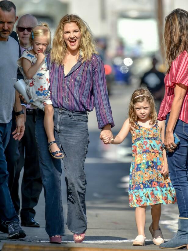 <strong>TOBARNSMOR:</strong> Drew Barrymore ønsker en trygg og normal oppvekst for de to døtrene Olive og Frankie. Her er trioen avbildet i fjor sommer. Foto: NTB Scanpix
