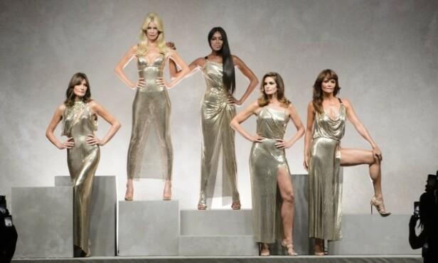 COMEBACK: I 2017 strålte Claudia Schiffer på catwalken under moteuka i Milano med sine modellkolleger fra 90-tallet. Foto: NTB Scanpix