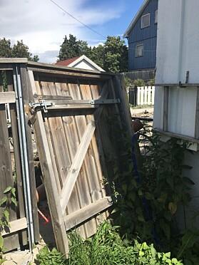 UTE: Porten utenfor 50-åringens hus er blitt ødelagt. Foto: Privat