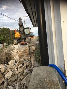 ÉN METER: Arbeidet foregår vegg i vegg med huset til Hilde, omtrent én meter unna. Foto: Privat