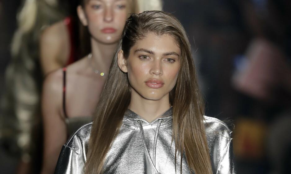 HISTORISK: Modellen Valentina Sampaio har gått på catwalken for flere store motehus. Hennes nye jobb skaper historie. Foto: NTB Scanpix