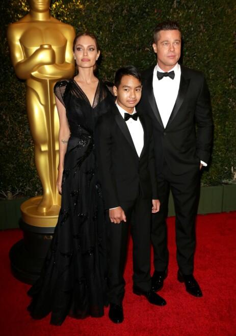 DEN GANG DA: Her er Brad Pitt og Angelina Jolie sammen med eldstesønnen Maddox i 2013. Nå er han blitt 18 år og skal forlate redet. Foto: NTB Scanpix
