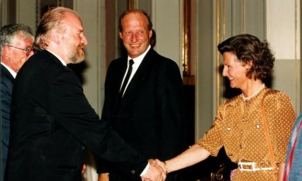 KONGEHUSEKEPSPERT: Kjell Arne Totland dekket så og si alt som omhandlet den norske kongefamilien. Her med kongeparet i 2000. Foto: NTB Scanpix