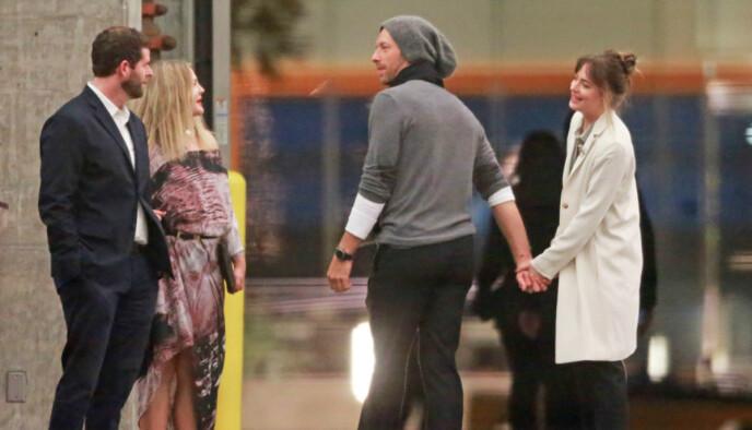 SJELDENT SYN: Det finnes få bilder av Chris Martin og Dakota Johnson sammen. Her er de avbildet hånd i hånd mens de slår av en prat med Drew Barrymore i Los Angeles i 2018. Foto: Splash News/NTB