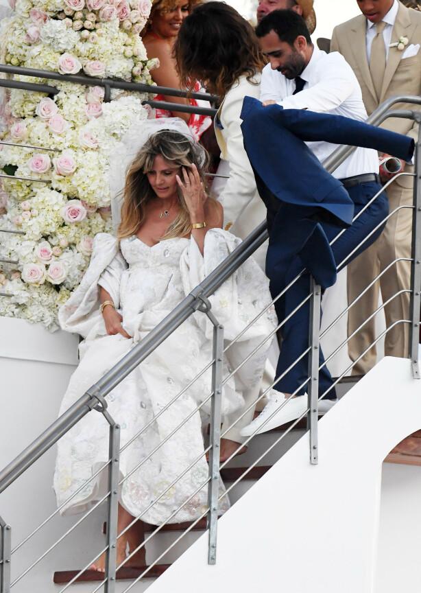 <strong>HVIT BRUD:</strong> Heidi Klum hadde på seg en vakker, hvit brudekjole. Både hun og brudgommen gikk barbeint. Foto: NTB Scanpix