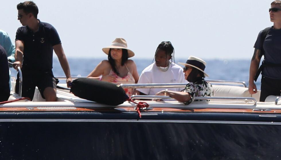<strong>LUKSUSYACHT i ITALIA:</strong> Kylie Jenner har satt seil med blant andre Travis Scott og Kris Jenner langs Italias kyst i en yacht til 250 millioner, ved navn «Tranquility», for å feire sin fødselsdag. Foto: NTB Scanpix