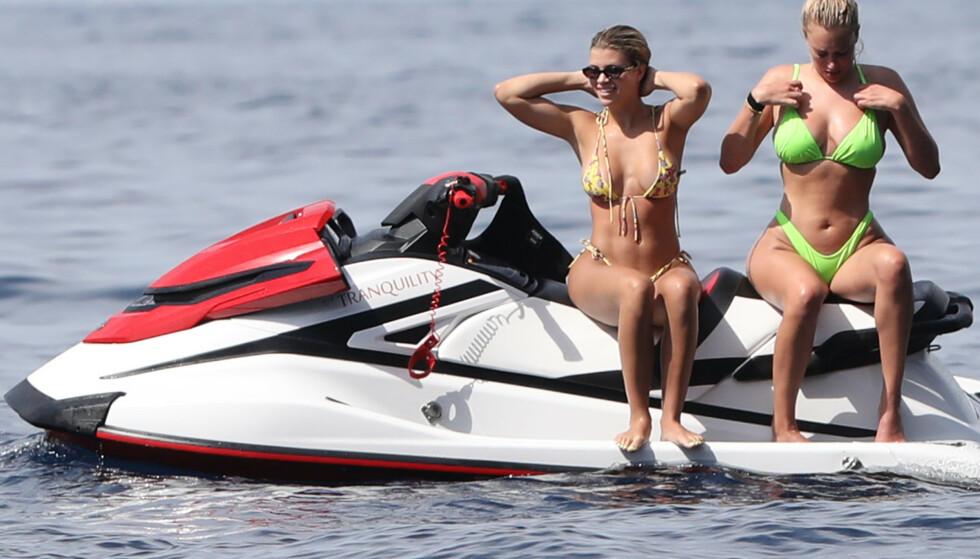 <strong>STORKOSER SEG I SOLEN:</strong> Sofia Richie og Anastasia Karanikolaou ble avbildet kjørende på vannscooter ved yachten. Foto: NTB Scanpix