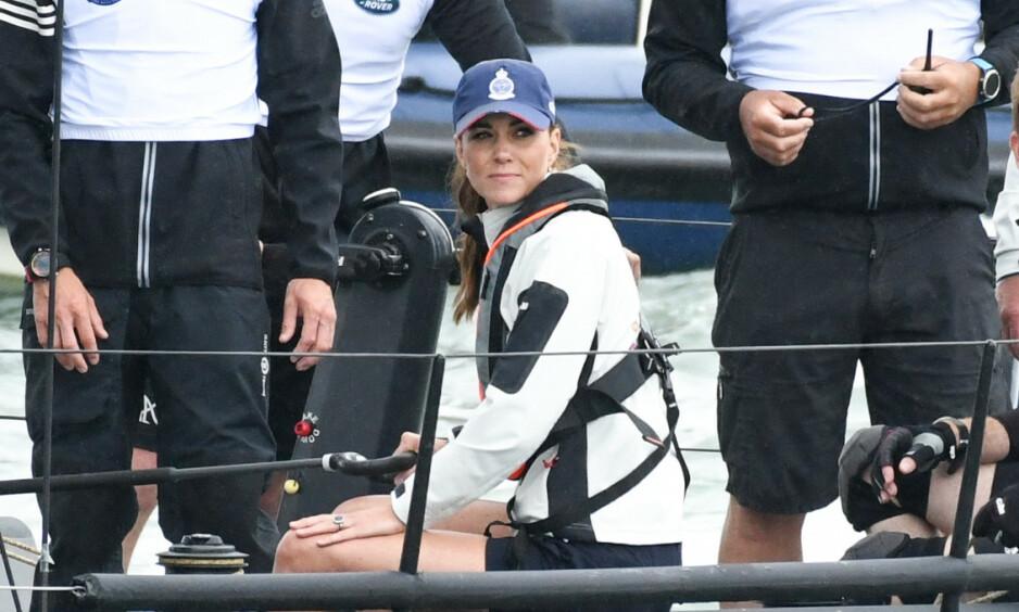 STOR OPPMERKSOMHET: Da hertuginne Kate deltok i en seilekonkurranse til inntekt for veldedighet denne uken, hadde hun på seg shorts for anledningen. Nå har klesplagget skapt store overskrifter i internasjonale medier. Foto: NTB Scanpix