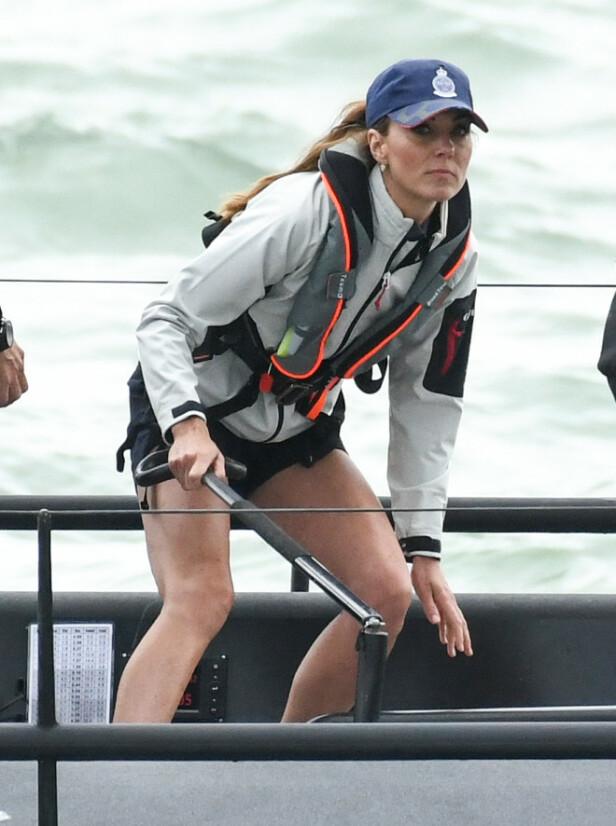 FOKUSERT: Hertuginne Kate kjørte en sporty stil under seilekonkurransen torsdag. Foto: NTB Scanpix