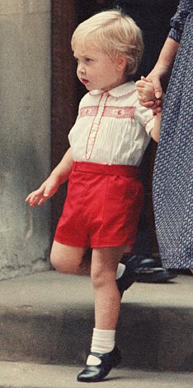 SØT: Lille prins William i shorts da han hadde besøkt mamma Diana på sykehuset etter at lillebror Harry kom til verden i 1984. Foto: AP/NTB scanpix
