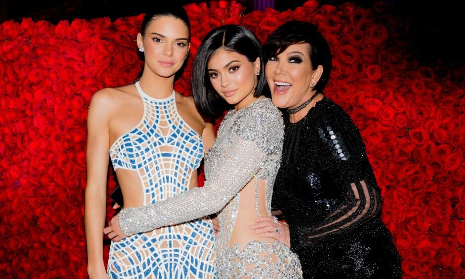 BURSDAGSBARN: I dag fyller realitystjernen Kylie Jenner 22 år, og i den anledning fikk hun flere gratulasjoner fra venner og familien. 22-åringens mor, Kris Jenner, var selvsagt én av dem som benyttet anledningen til å hylle datteren i et emosjonelt innlegg på Instagram. Her er de avbildet i en annen anledning sammen med Kendall Jenner. Foto: NTB Scanpix
