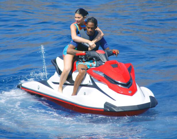 STORKOSTE SEG: Det er ingen tvil om at bursdagsbarnet Kylie Jenner nyter tiden i Italia. Her er hun avbildet sammen med kjæresten Travis Scott. Foto: NTB Scanpix