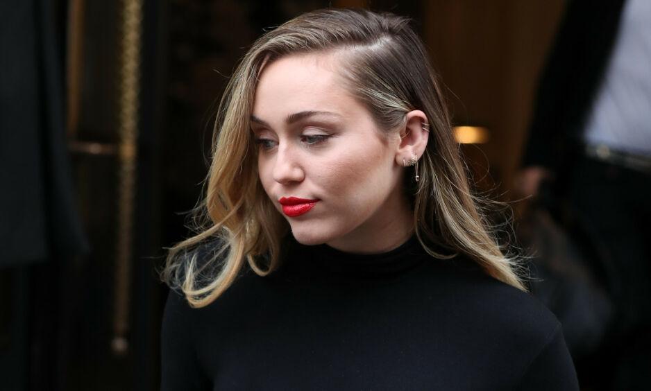 DELER TANKER: Etter at bruddnyheten mellom Miley Cyrus og Liam Hemsworth ble kjent har de begge vært ordknappe. Søndag kveld deler imidlertid førstnevnte et kryptisk innlegg med fansen. Foto: NTB Scanpix