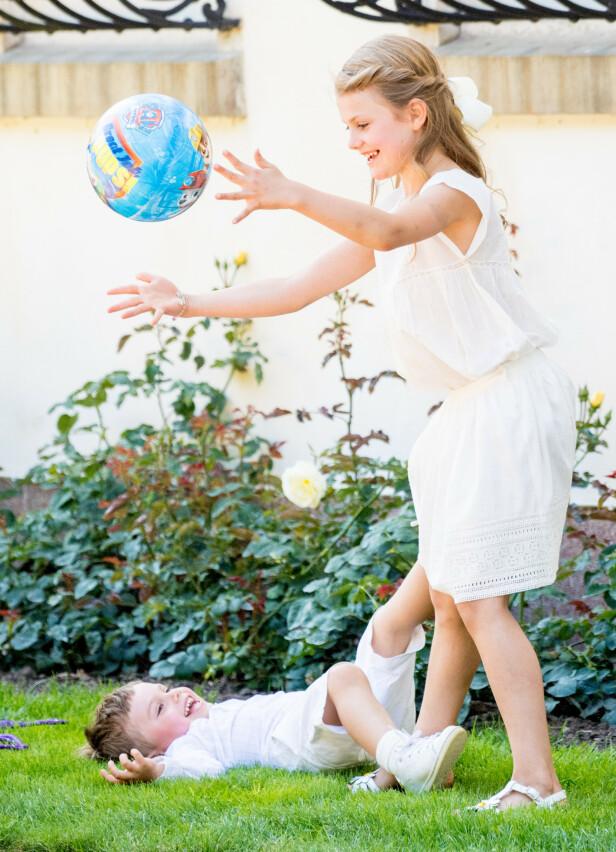 <strong>SPRELL:</strong> Prinsesse Estelle og lillebroren, prins Oscar, stjal definitivt showet under mamma kronprinsesse Victorias 42-årsdag i juli. Foto: NTB Scanpix
