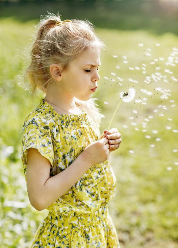 <strong>SOMMERFIN:</strong> Tidligere i sommer ble prinsesse Estelle også fotografert i hagen hjemme på Haga slott. Foto: Linda Broström / Kungliga Hovstaterna