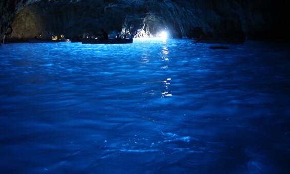 <strong>NATURSKJØNN:</strong> Grotta Azzurra byr på fristende, blått vann - men det er ulovlig å bade der. Foto: Shutterstock/ NTB scanpix